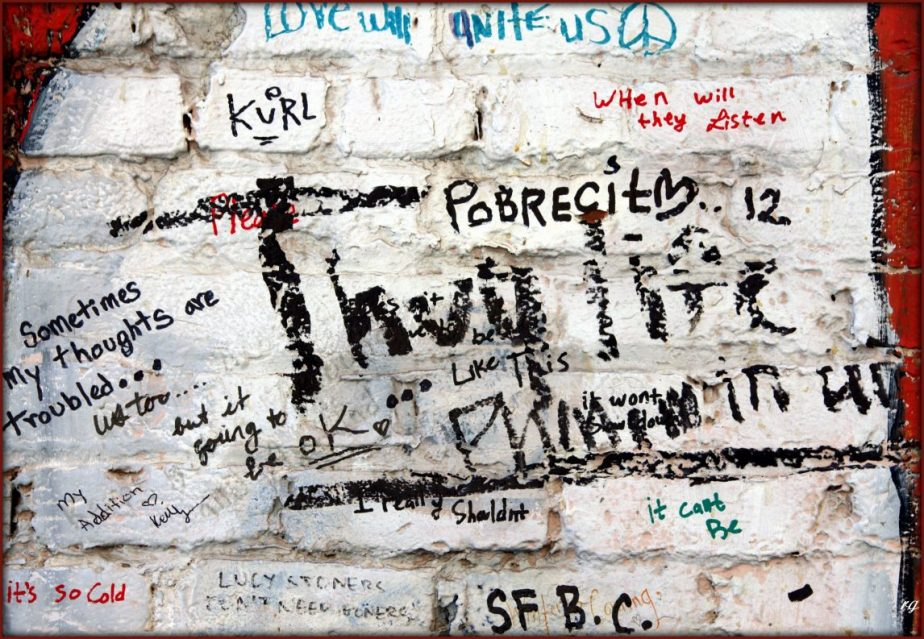 Homelsss people leave messages of anguish on the walls of alleys.