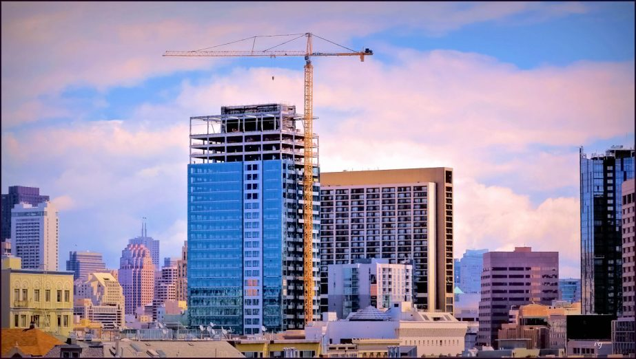 A Panoramic view of the San Francisco skuline with a crane in the centger
